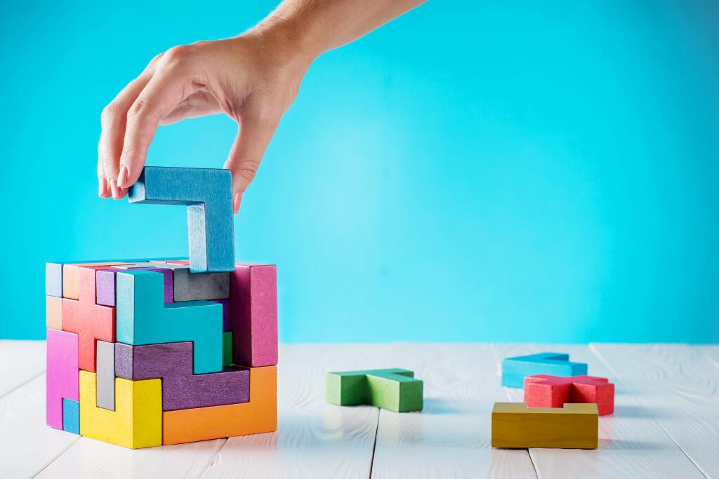 uma ilustração de uma mão montando um tipo de cubo