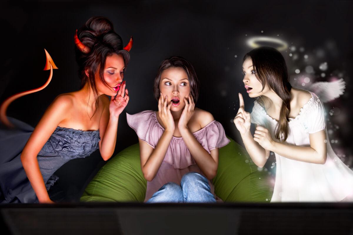 mulheres representando um anjo, um demônio e outra pessoas assustada