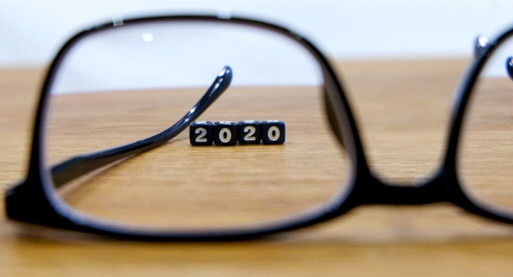 um óculos focando uma sequência de números