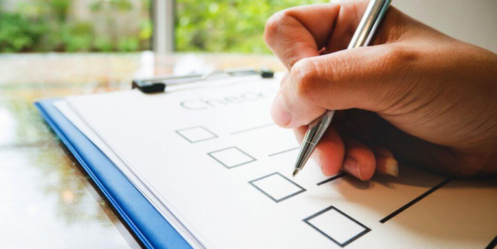 foto de uma pessoa marcando um check-list