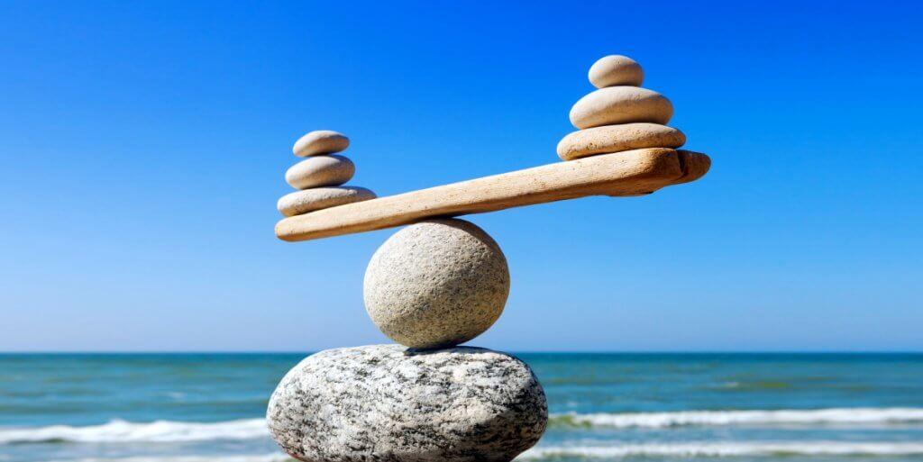foto de pedras sendo equilibradas umas nas outras formando uma balança