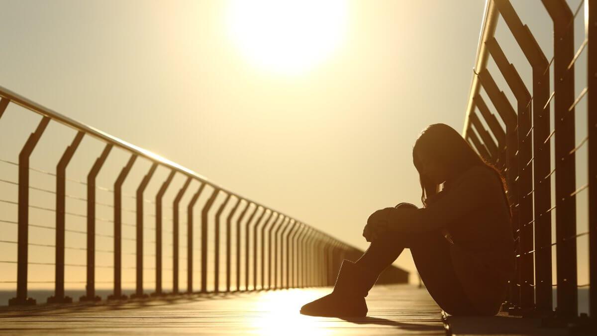 uma mulher sentada triste