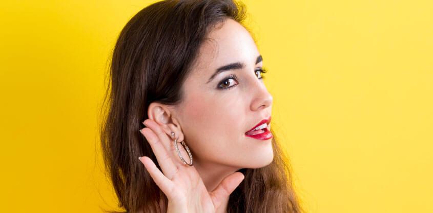 mulher tentando ouvir algo