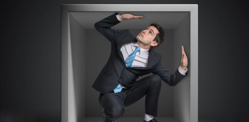 homem preso numa caixa